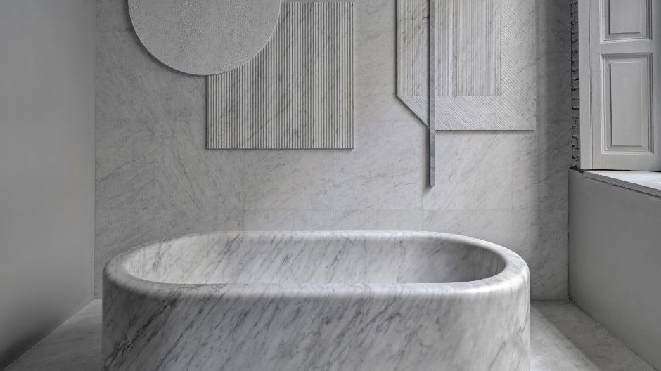 Der Klassiker unter den Materialien: Aus weißem Marmor schuf die Mailänder Architektin und Stylistin Elisa Ossino für das italienische Unternehmen Salvatori die gewichtige Badkollektion Balnea, die von römischen Thermalbädern inspiriert wurde. Foto: Salvatori