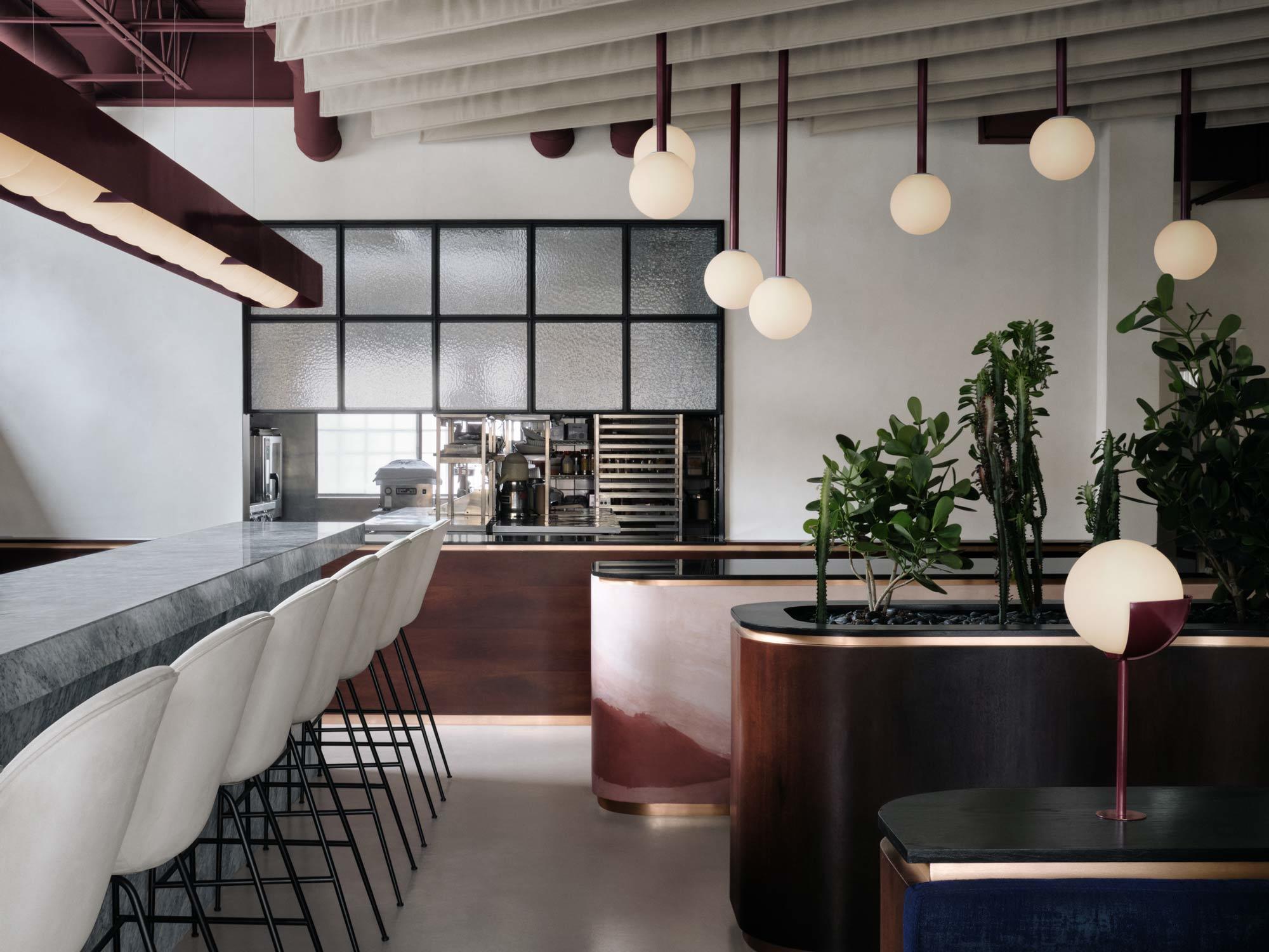 Für das Interieur eines Restaurants im hippen Stadtteil Griffintown ließ sich Ivy Studio aus Montreal von orientalischen Landschaften inspirieren.