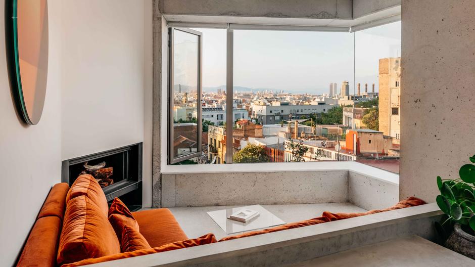 Glasklar und unverkleidet: Aus einer ehemaligen Garage in Barcelona machte die Architektin Barbara Appolloni eine lichtdurchflutetes Refugium.