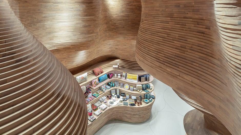 """""""Das Museum ist keine Aneinanderreihung von kubischen Ausstellungsräumen, sondern wirkt sehr organisch. Dieses Gefühl, beinahe in der Natur zu sein, wollen wir mit unserem Shop fortsetzen"""", erklärt Architekt Koichi Takada."""