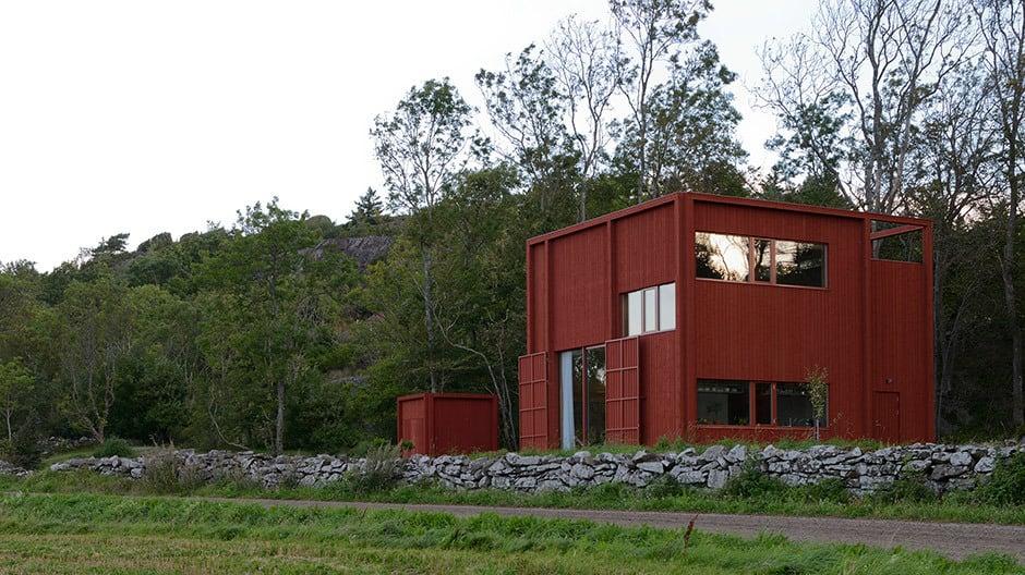 Das Wohnhaus wurde in Falunrot, auch als Schwedenrot bekannt, gestrichen.