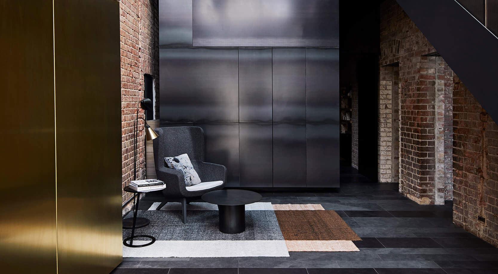 Mit einem Leerraum in der Mitte und unvollkommenen Materialien gestaltete Splinter Society ein Wohnhaus in Melbourne, das seine ganze Geschichte erzählt.
