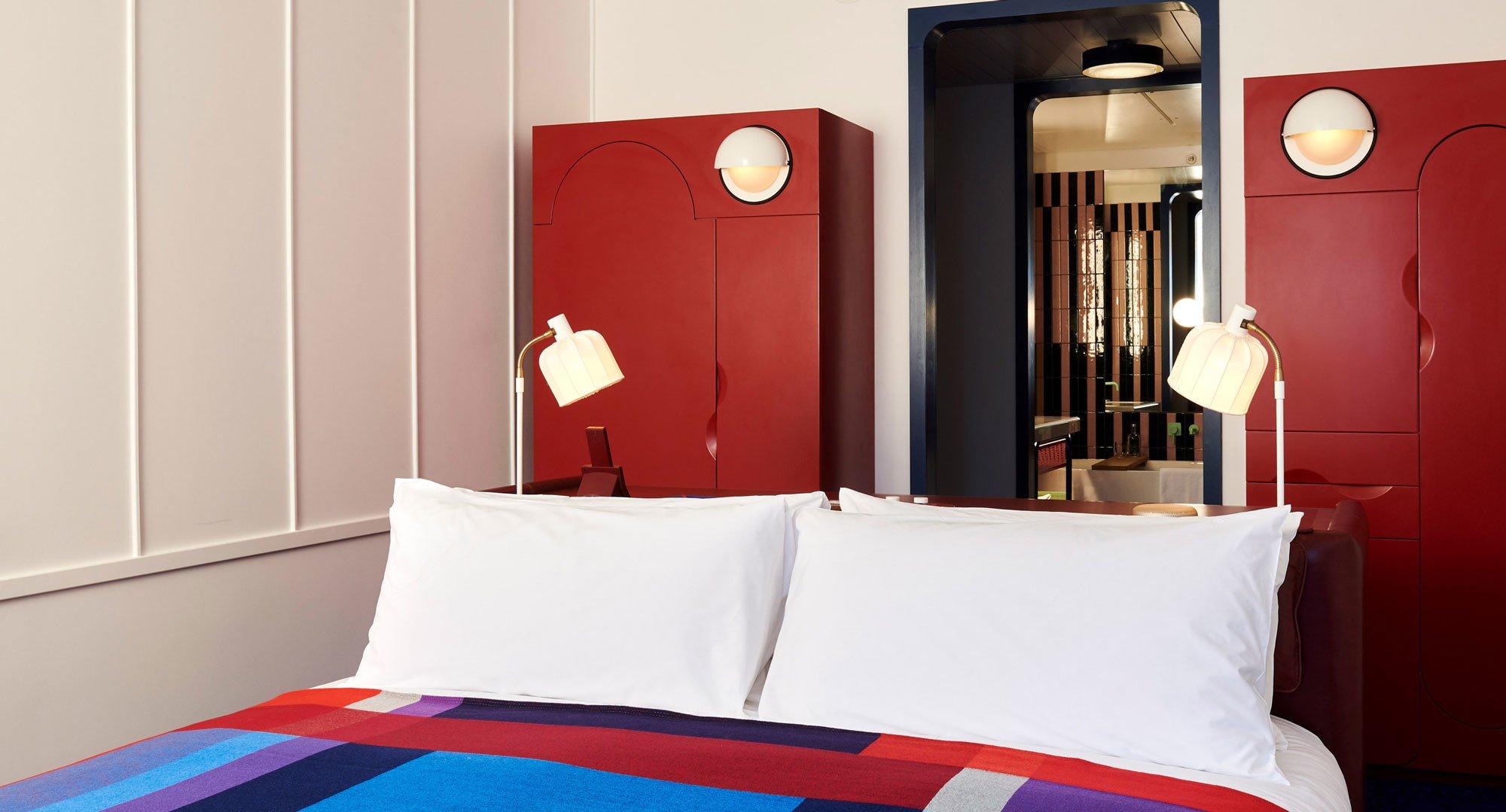 Das Londoner Standard Hotel schickt seine Gäste auf eine Zeitreise zurück in die Siebzigerjahre – bis hin zu den Bädern, ausgestattet mit Produkten von Bette. (Foto: The Standard)