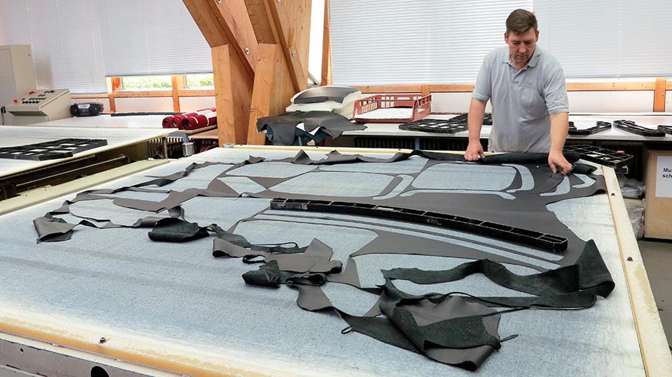 Rundgang durch die Produktion: Im ersten Frei-Otto-Pavillon ist der Zuschnitt untergebracht. Wo das Leder gestanzt wird, entscheiden Mitarbeiter ja nach Beschaffenheit der Haut.