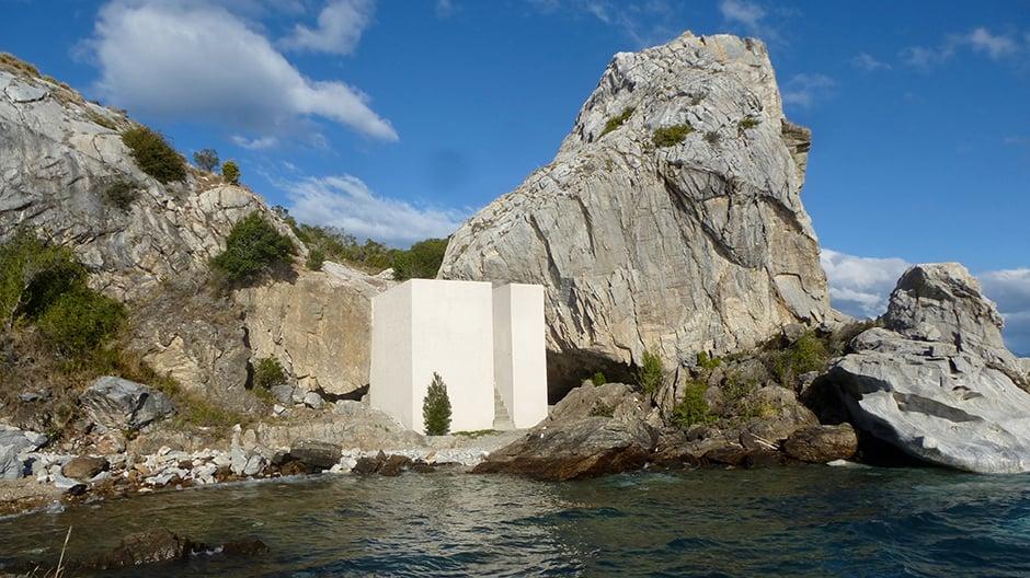 39 Stufen führen durch den weißen Block Big Stairs aus Marmor auf die Insel.