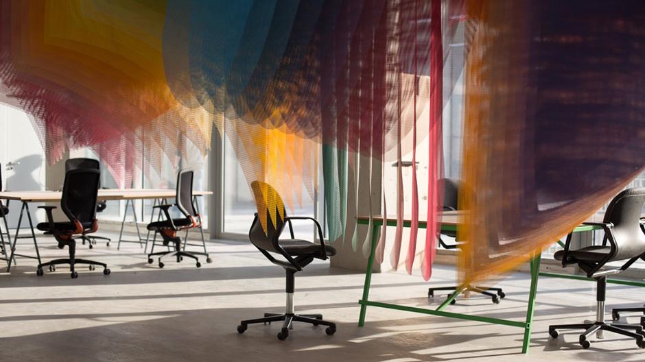 Flinkes Mobiliar im Hafven: Die leichten Tischgestelle und rollenden Stühle von Wilkhahn lassen sich schnell umplatzieren.