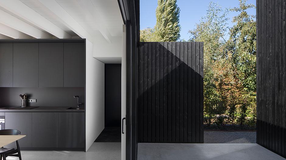 Die Natur wird zu einem Element der Architektur, wenn das Gebäude sich über die großzügigen Fenster zu Hof und Natur öffnet.