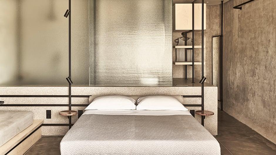 Mit ihrer asketischen Gestaltung wirken die Zimmer des Hotels fast klösterlich.
