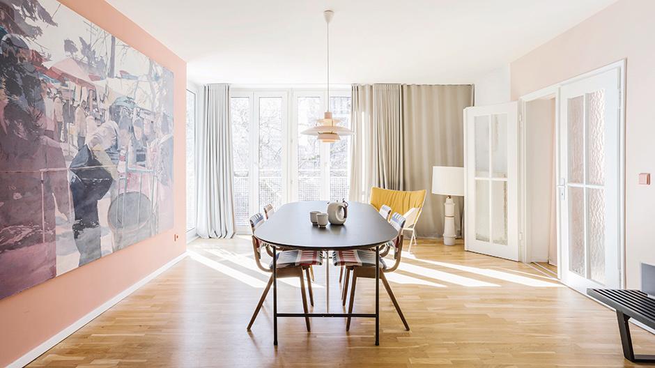 In der Wohnung treffen aktuelle Entwürfe wie der Lounge Chair von Dante Goods and Bads auf Klassiker wie die Poulsen-Leuchte.