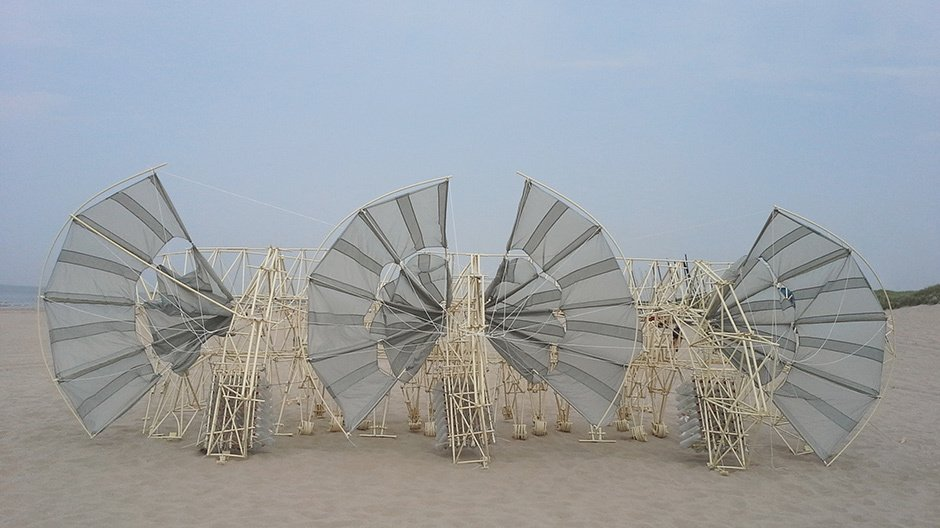 "Theo Jansen, Strandbeest, ""Duabus Caudis"", 2014 ©the artist, Courtesy: the artist and Media Force"