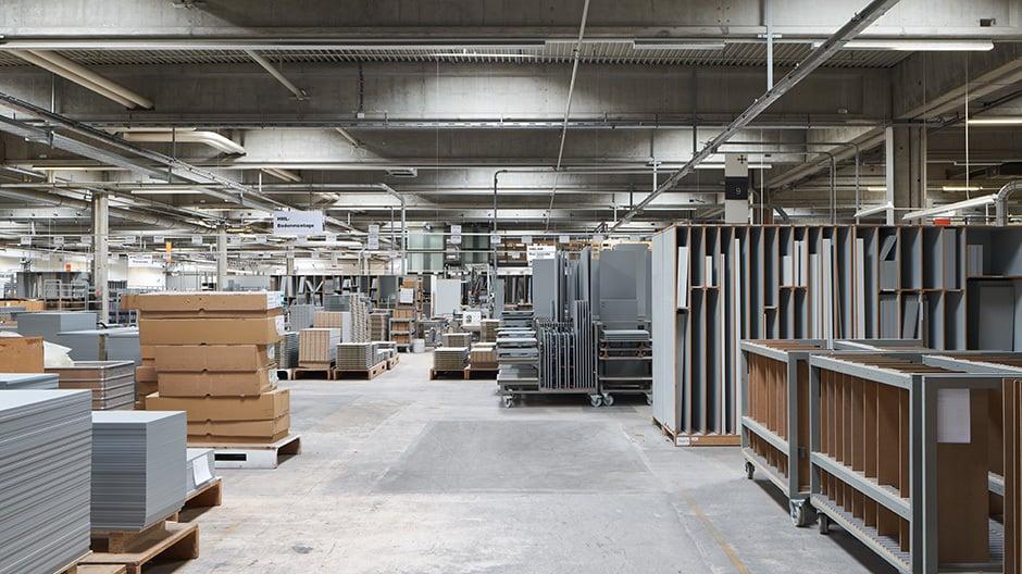 Die Produktion bei bulthaup ist so organisiert wie die Möbel selbst. Nach jedem Produktionsschritt wird das Teil an die nächste Position übergeben.