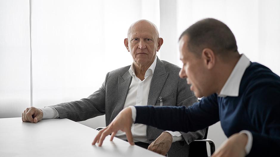 Im Gespräch vor Ort: DEAR traf beim Gespräch im bulthaup-Headquarter zwei Menschen, die aus zwei Perspektiven auf die Marke blicken.