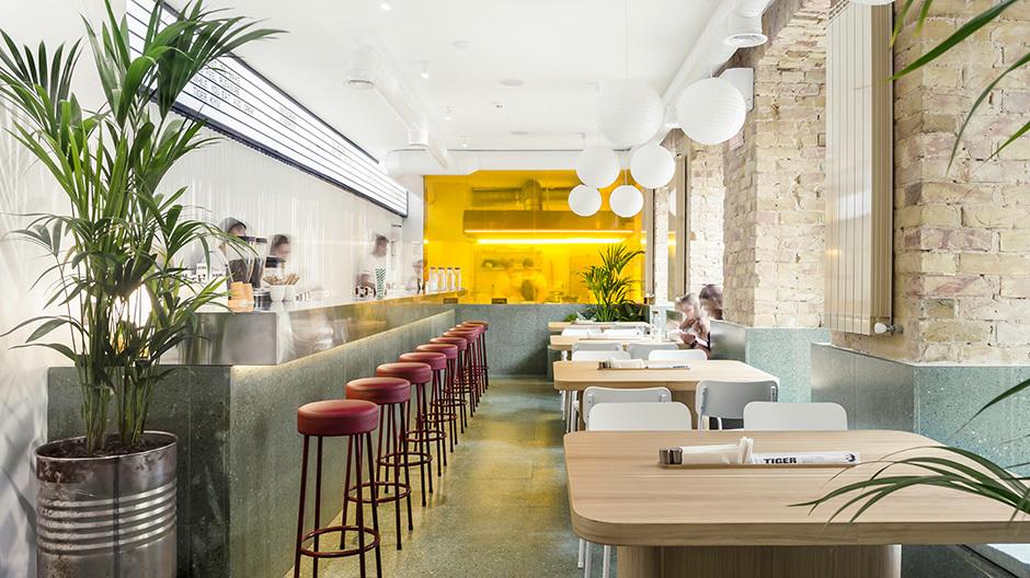 Das von Studio Shovk gestaltete Asia-Restaurant Tiger ist eine der neuen Oasen von Kiew, die bis ins Detail gestalterische Hingabe zeigen und ihren Beitrag zum wandelnden Stadt-Image leisten.