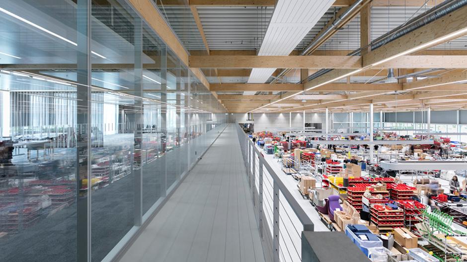 Der neueste Zuwachs auf dem Brunner-Campus ist ein modernes Hybridgebäude mit hölzernem Dachskelett.