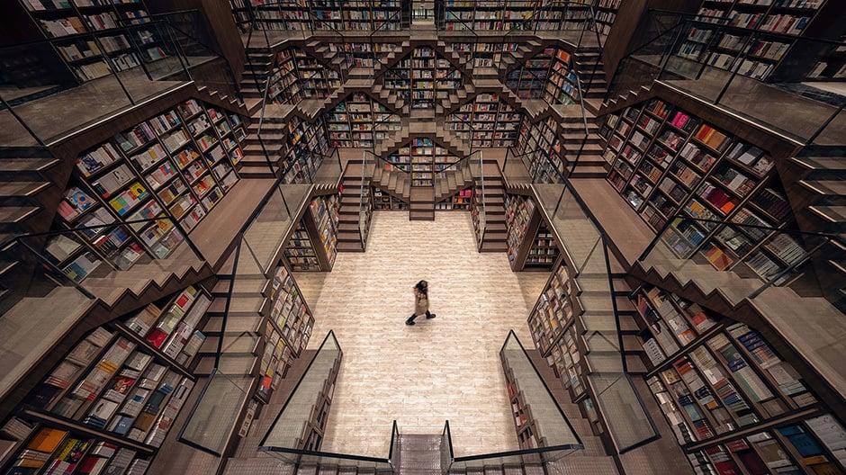 Die Leiterhalle ist das Herz des Buchladens. Die Regale tragen die Treppen und machen sie zu einer umlaufenden Balustrade.