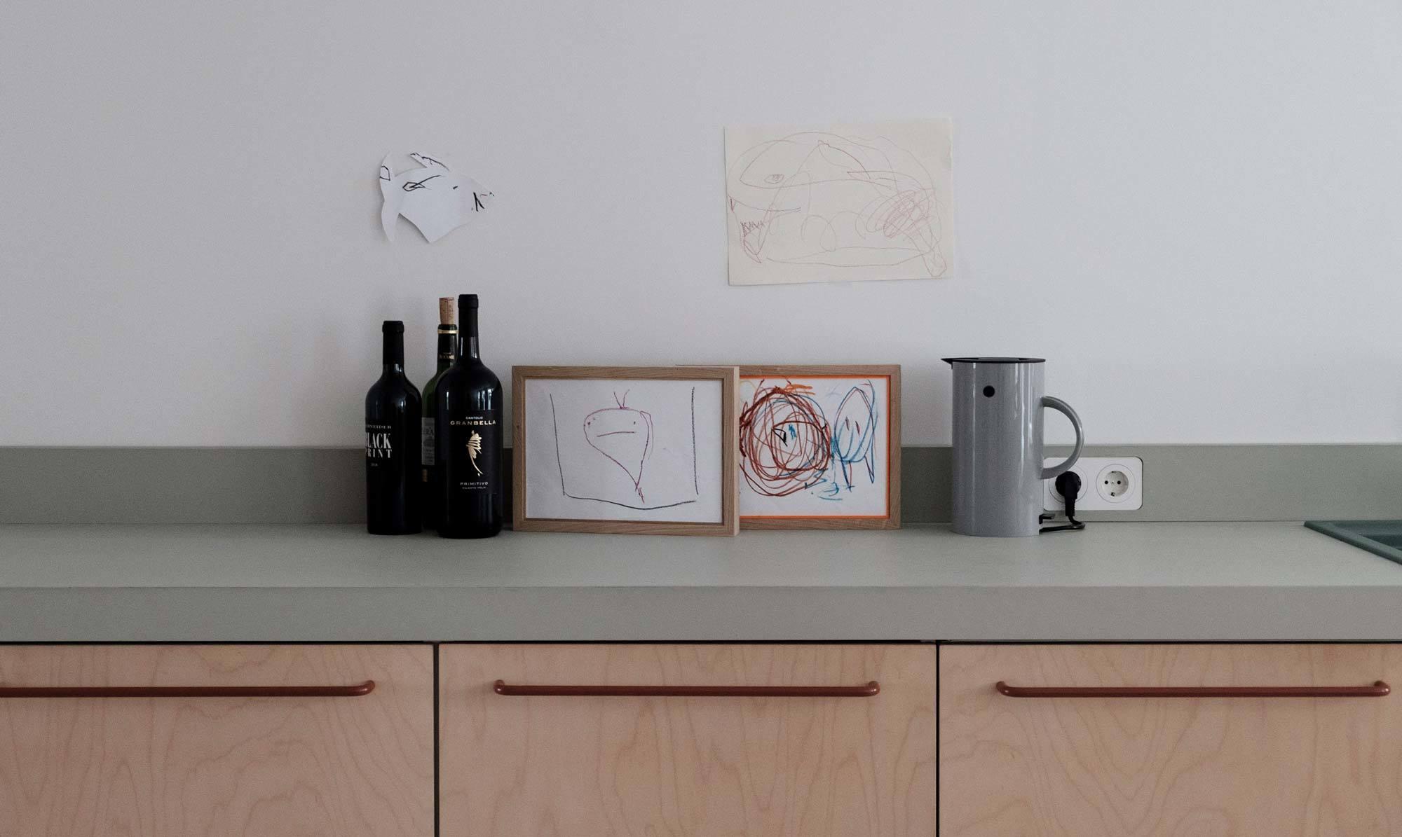 Desktop-Linoleum von Forbo in der Farbe Pebble. Foto: Matthias Hiller / Studio Oink