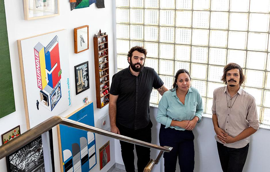Fernando Fernandes, Flávia Araújo und Felipe Vargas im Treppenhaus der Casa F.
