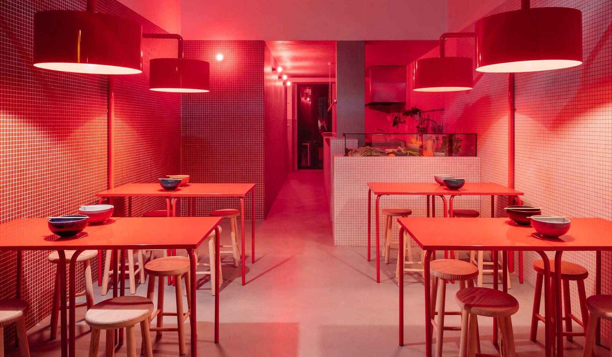 Durch den Einsatz von Farb- und Texturkontrasten erarbeitete Mariana Peralta mit DC.AD ein ausgewogenes Konzept für das Sun Tan in Lissabon.