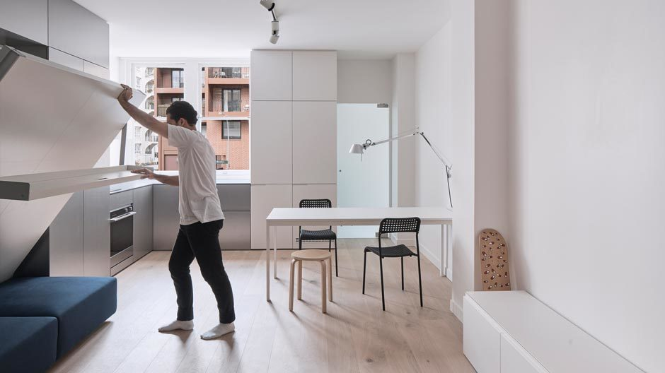Der australische Architekt Nicholas Gurney ist auf Tiny Houses und Mikroapartments spezialisiert. Für das Projekt Tara entwarf er eine Schrankwand mit integriertem Bett. Foto: Terence Chin