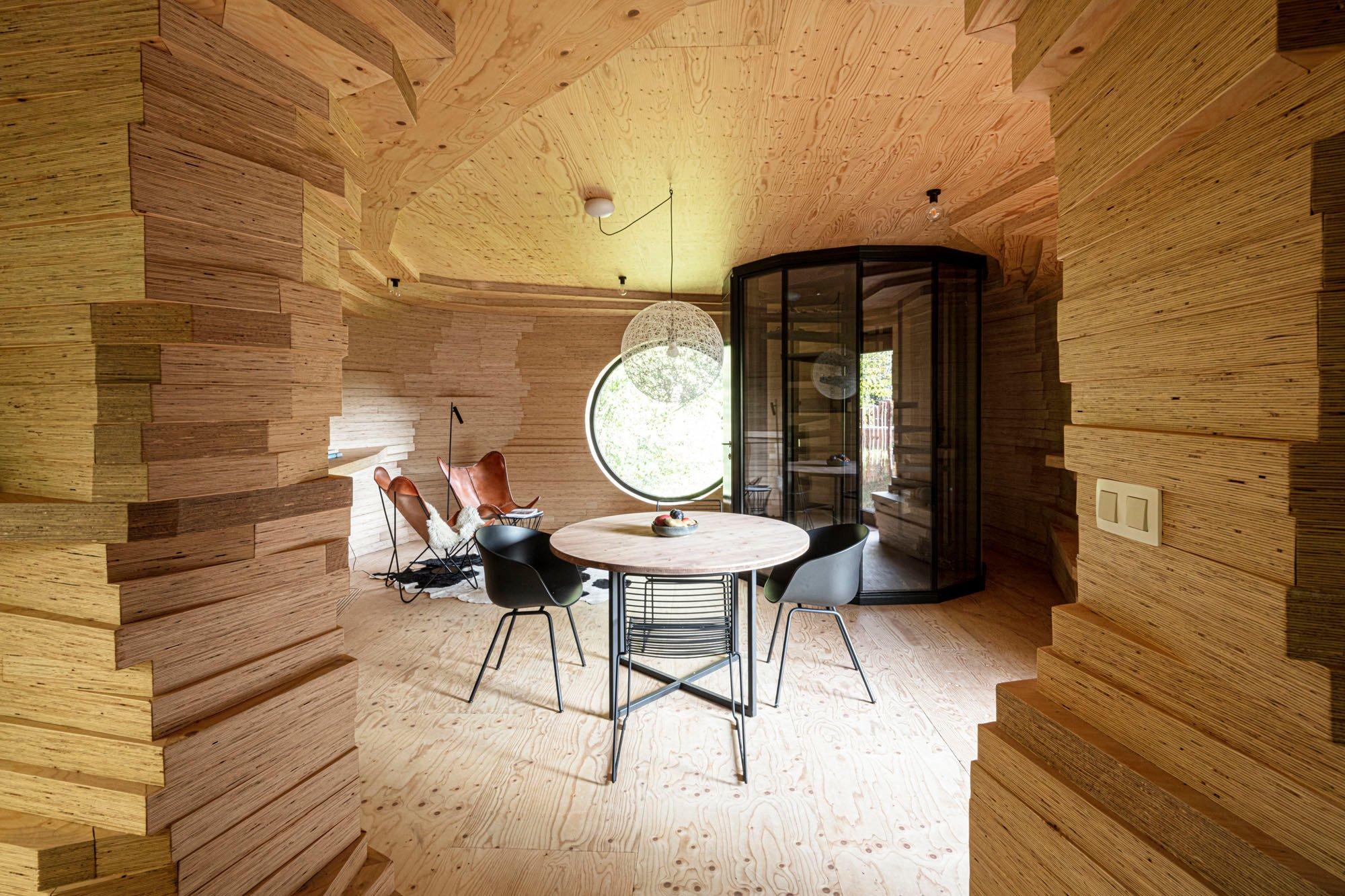 Das Interieur gleicht einer Höhle, die allerdings nicht in einen Felsen geschlagen wurde, sondern auf dem flachen Land aus reinem Schichtholz konstruiert wurde.