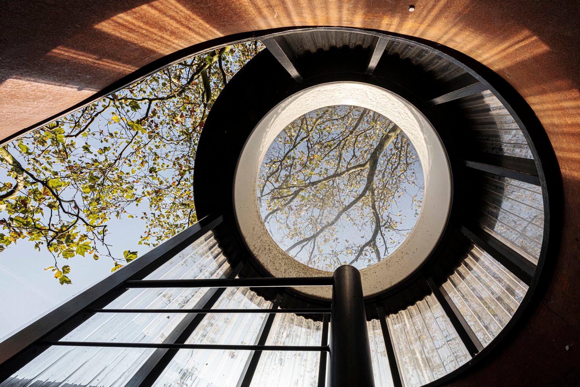 Über die Wendeltreppe geht es vom Wohnraum hinauf zur Aussichtsplattform.