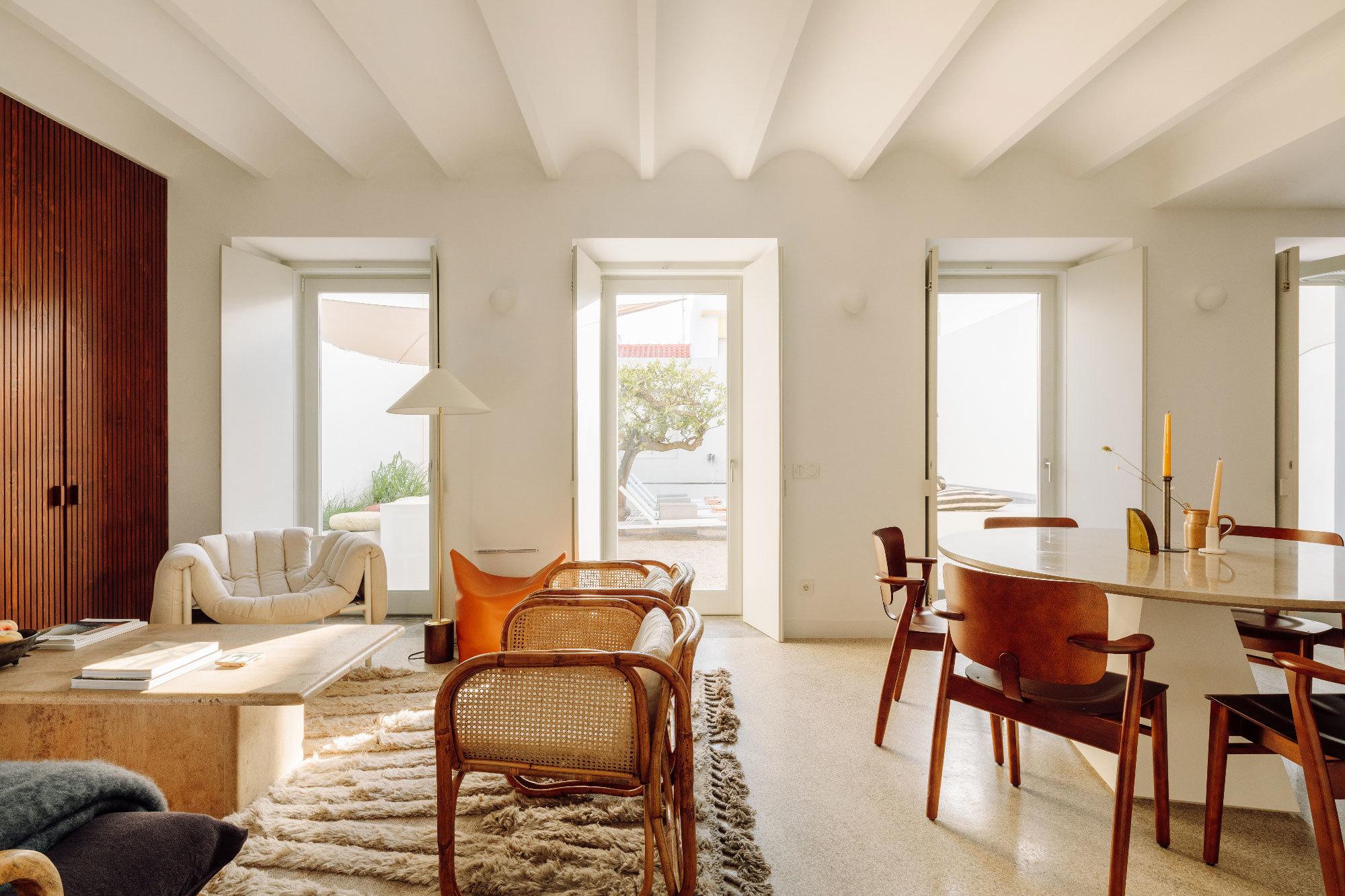 Mit der Casa Três eröffnet eine exklusive Ferienhausvermietung ihr drittes Kleinod in Portugal. Diesmal in einem historischen Kaufmannshaus, das von Atelier RUA aus Lissabon behutsam umgebaut wurde.