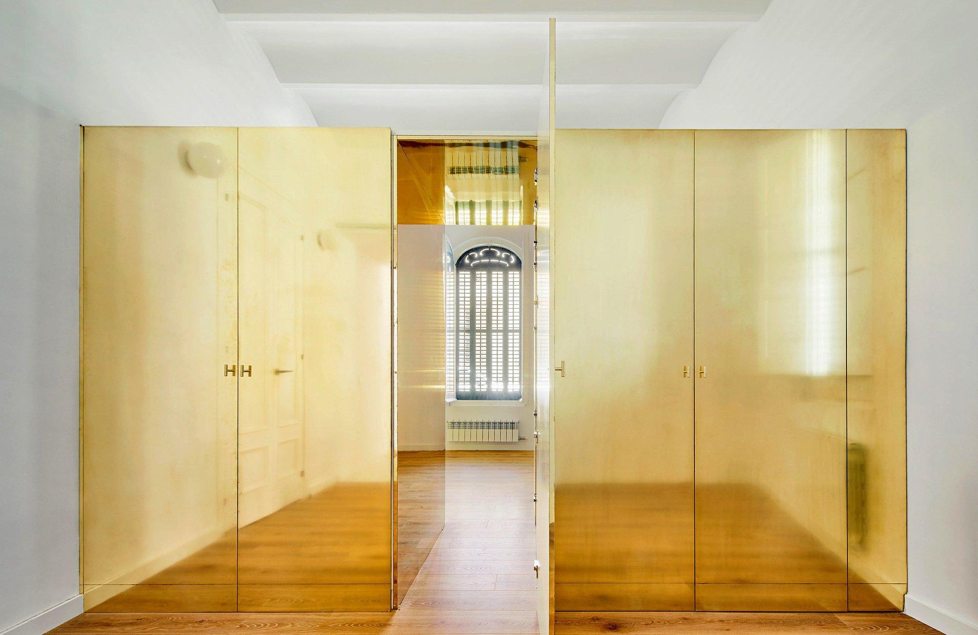 """Für das Kinderzimmer gestaltete der Architekt ein schillerndes Messingmodul rund um die Kleiderschränke, das die Räume trennt, aber durch den """"Geheimgang"""" auch eine Verbindung schafft."""
