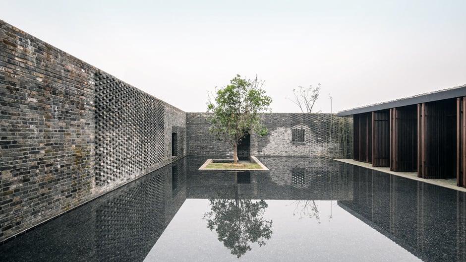 Inmitten einer Seengegend planten dieShanghaier Architekten Lyndon Neri und Rossana Hu im Tsingpu Yangzhou Retreat eine ganz eigene Feuchtlandschaft. Foto: ©Designhotels