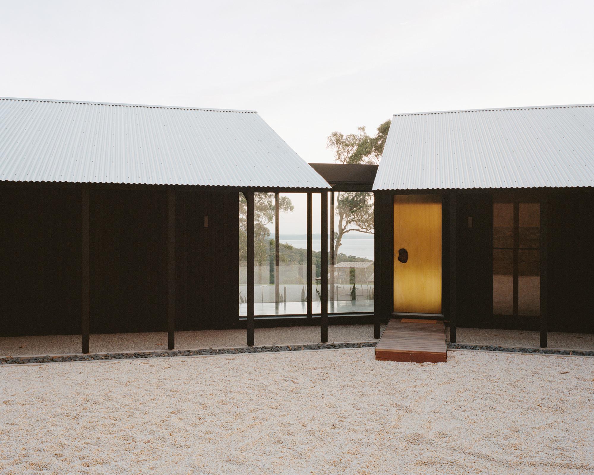 Die klassischen Giebeldächer erinnern an australische Landhäuser und schützen vor extremem Klima.