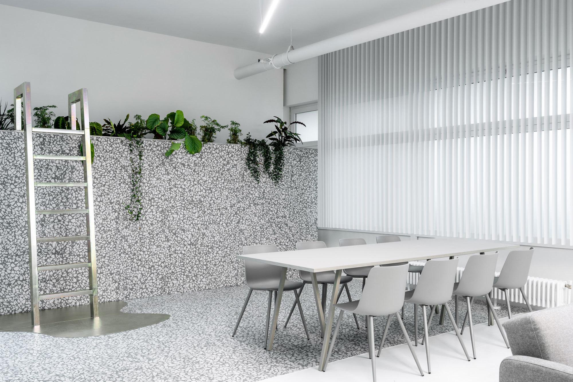 Eine Besonderheit des Projektes besteht aber auch darin, dass sich lediglich im hintersten Zimmer eine Fensterwand aus milchigem Sichtschutzglas befindet, von der sich nur der obere Teil öffnen lässt.
