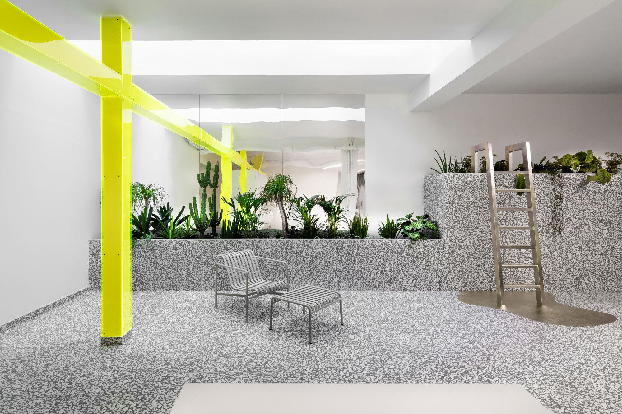 Ungewöhnliche Räume in einem ehemaligen Datenzentrum aus den Siebzigerjahren: Mit ihrem Projekt Le Grand Marais unterstreichen Nastasia Potel und Mylène Vasse, die Gründerinnen von Ubalt Architectes, ihre Vorliebe für unkonventionelle Wohnkonzepte und gewagte Materialkombinationen.