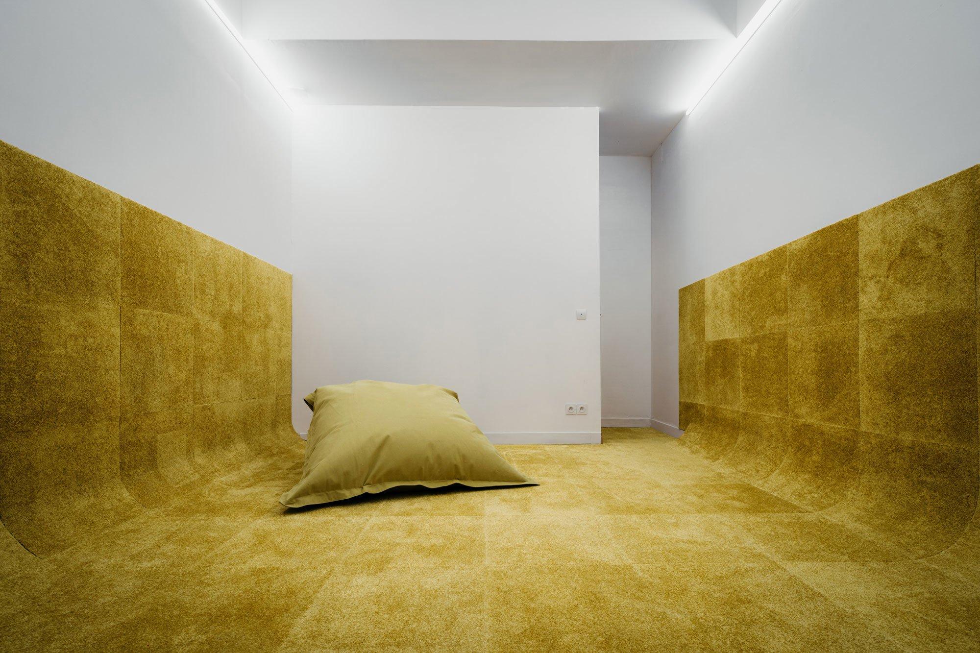Ein Zimmer der Wohnung ist fast vollständig mit dem Teppichboden Ultrasoft Jaune von dem französischen Hersteller Balsan ausgelegt, der sogar einen großen Teil der Seitenwände bedeckt und Wärme und Geborgenheit suggerieren soll.