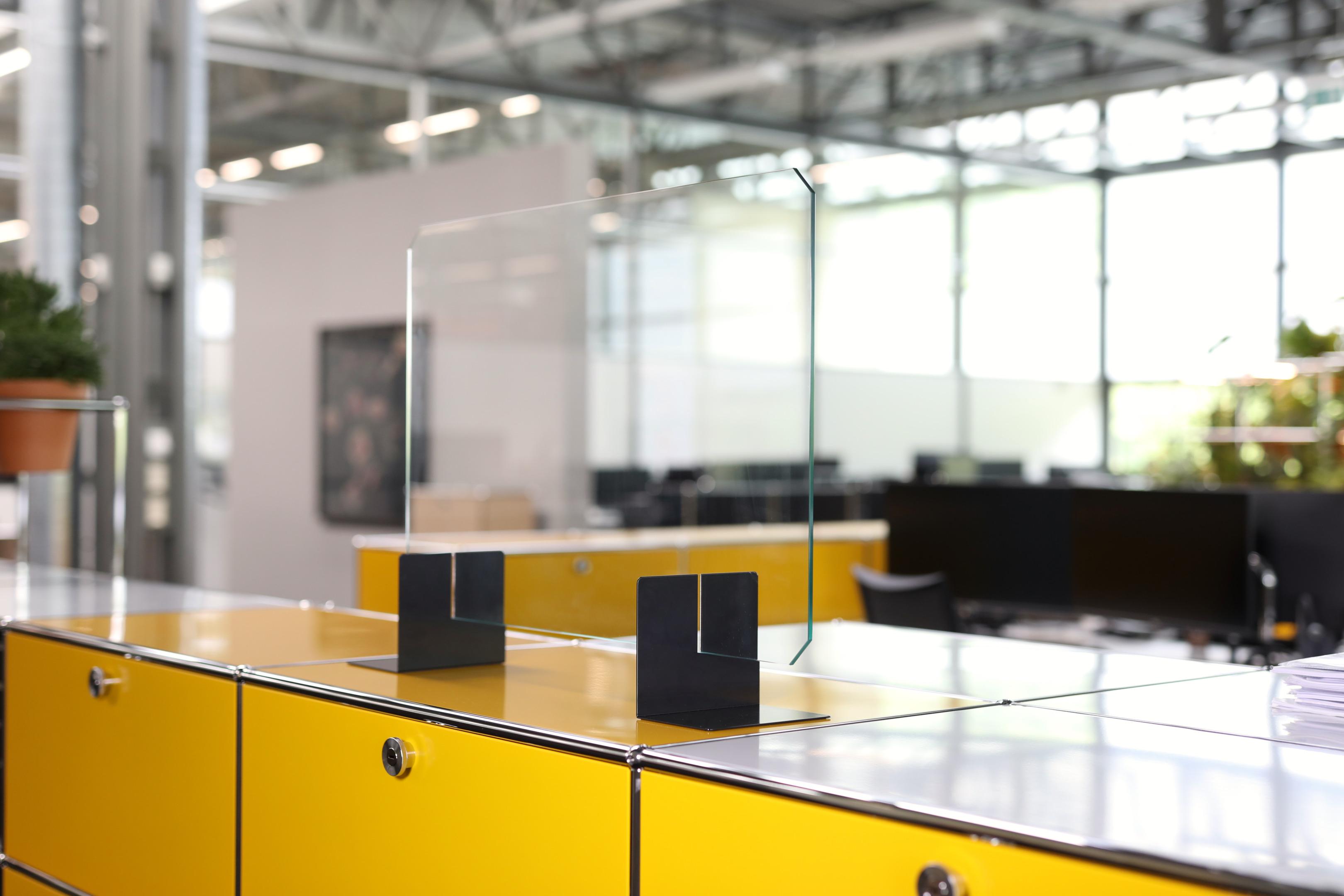 USM Haller-Glastrennwand mit Buchstützen