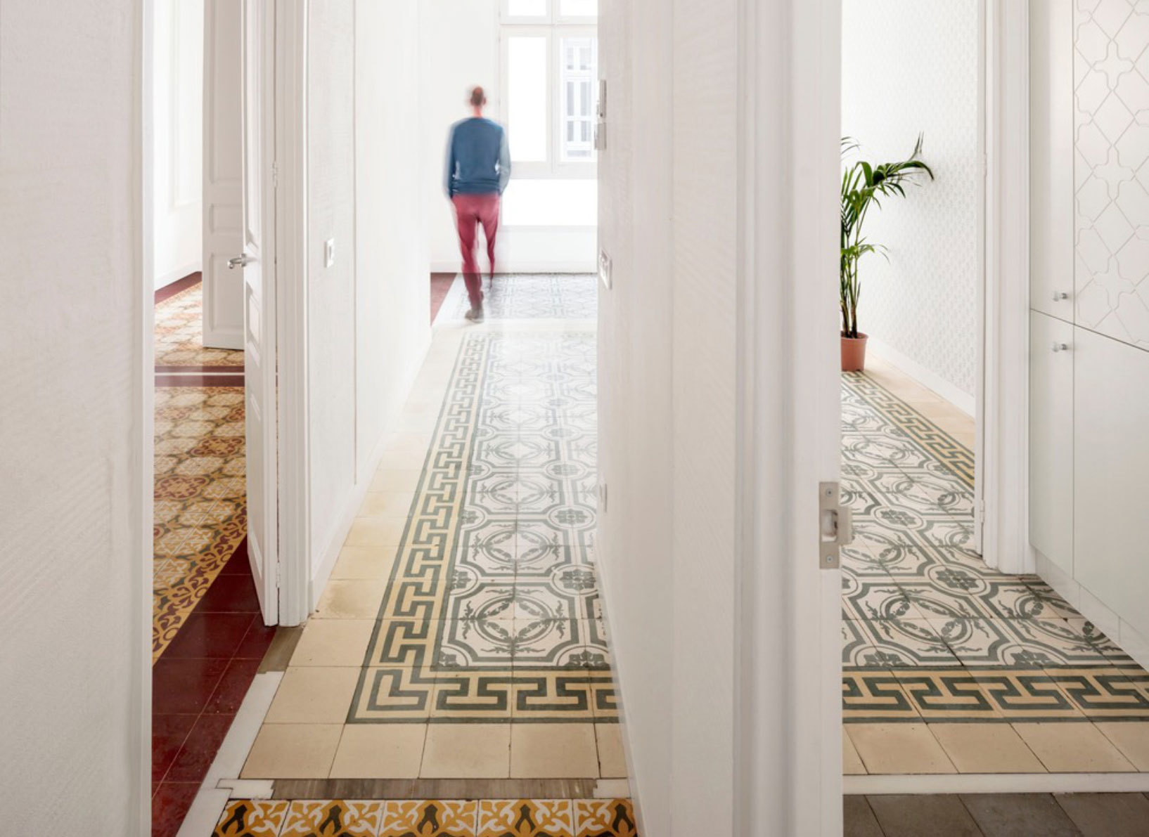 In Barcelona hat das Büro Vora ein Mehrfamilienhaus aus den Zwanzigerjahren behutsam restauriert. Die ornamentalen Fliesenböden sind dabei erhalten geblieben.