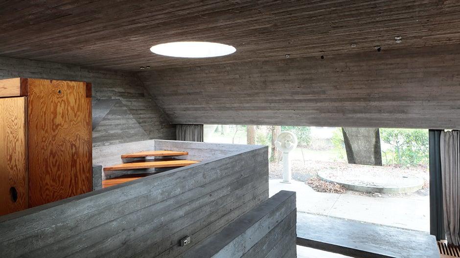 Das Innere wirkt wie eine betonierte Höhlenstruktur, die einer imaginären Topografie zu folgen scheint.