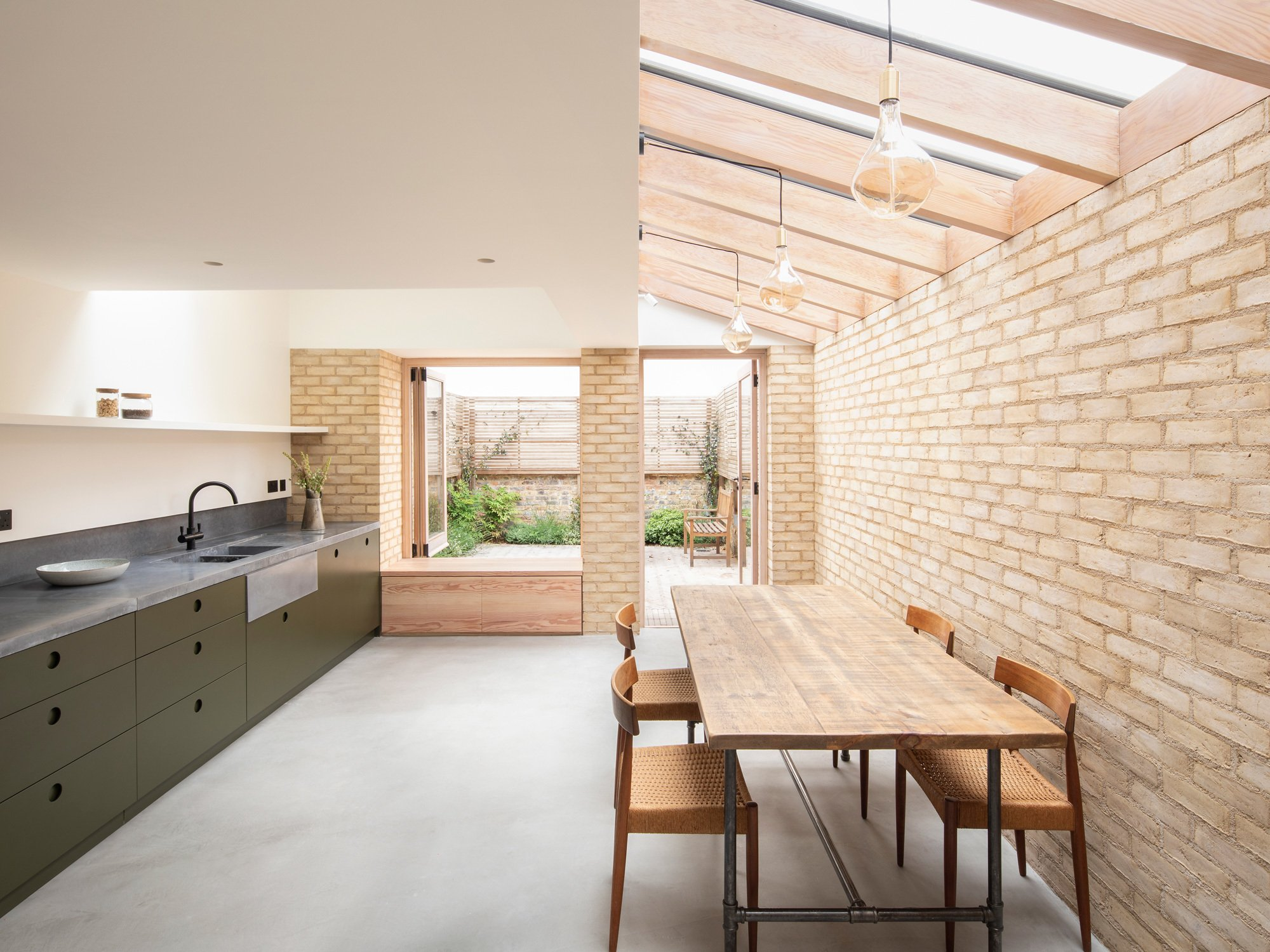 In London entkernte Architekt Oliver Leech ein viktorianisches Reihenhaus und schuf durch einen lichtdurchfluteten Anbau eine neue Wohnqualität in der Küche.