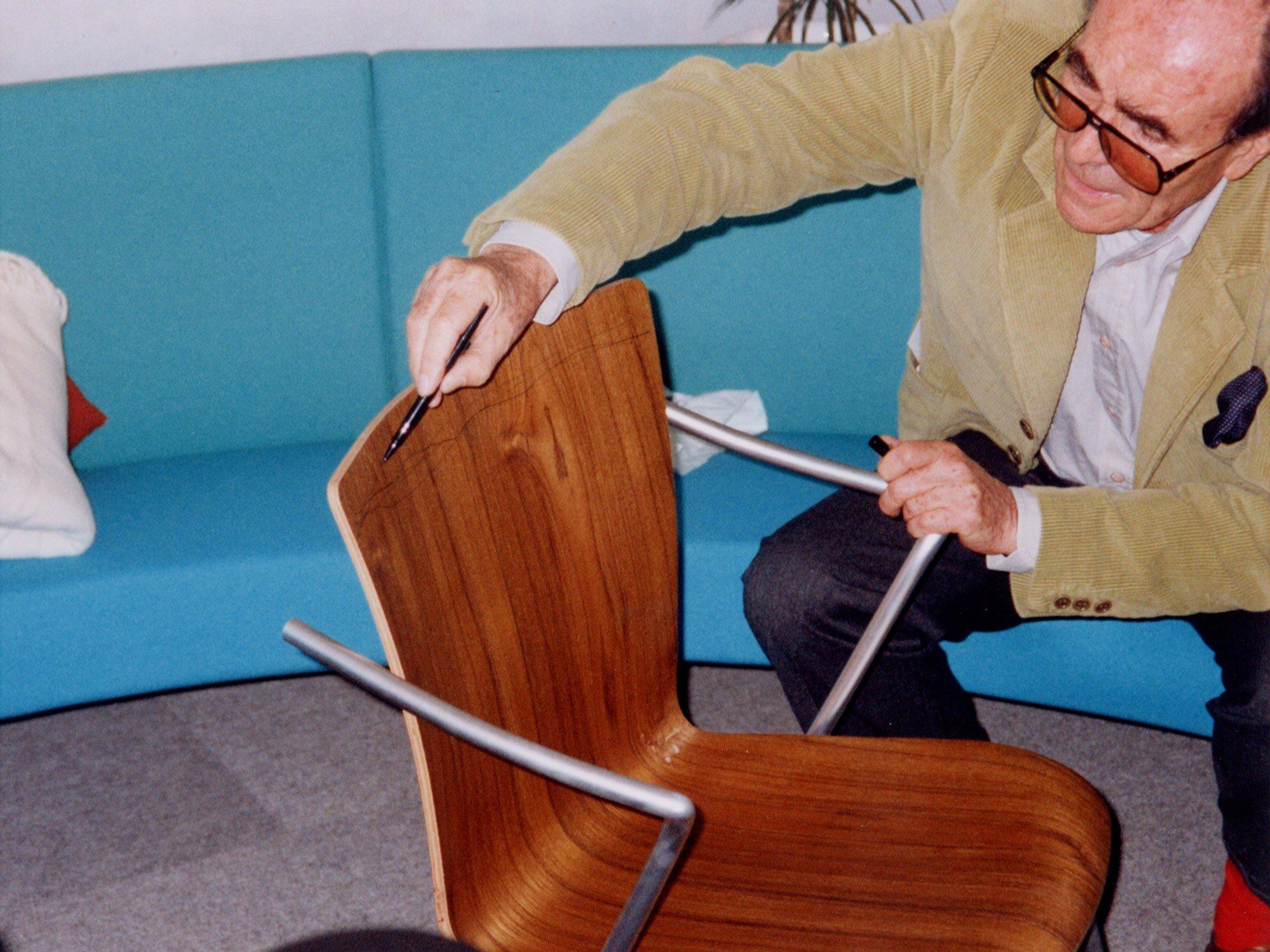 Vico Magistretti bei der Arbeit für Fritz Hansen. Foto/ Copyright: Fritz Hansen