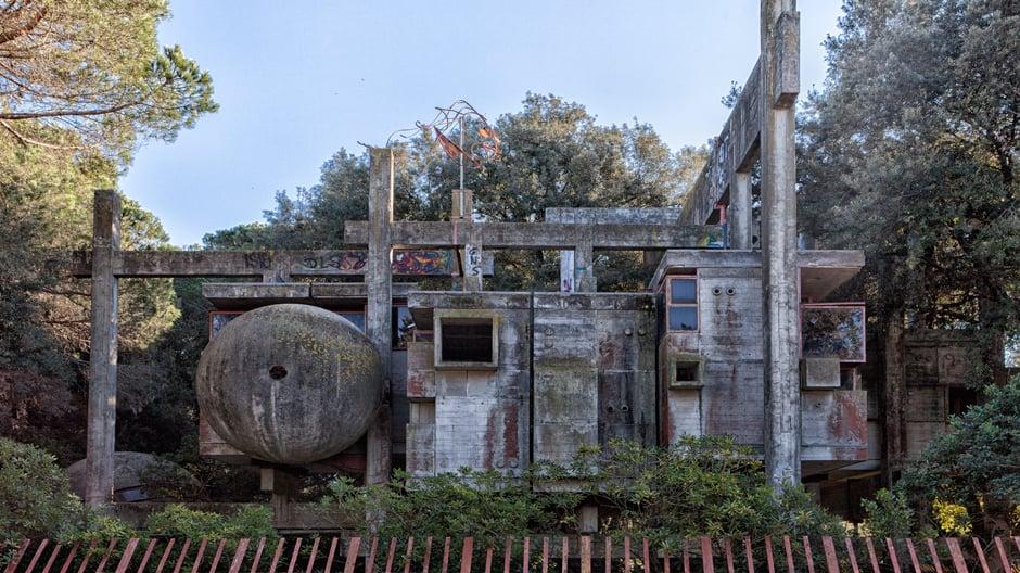 Giuseppe Peruginis Architekturexperiment in Fregene ist vielleicht das verrückteste Wohnhaus Italiens. Seit Mitte der Neunzigerjahre steht es leer und verrottet.
