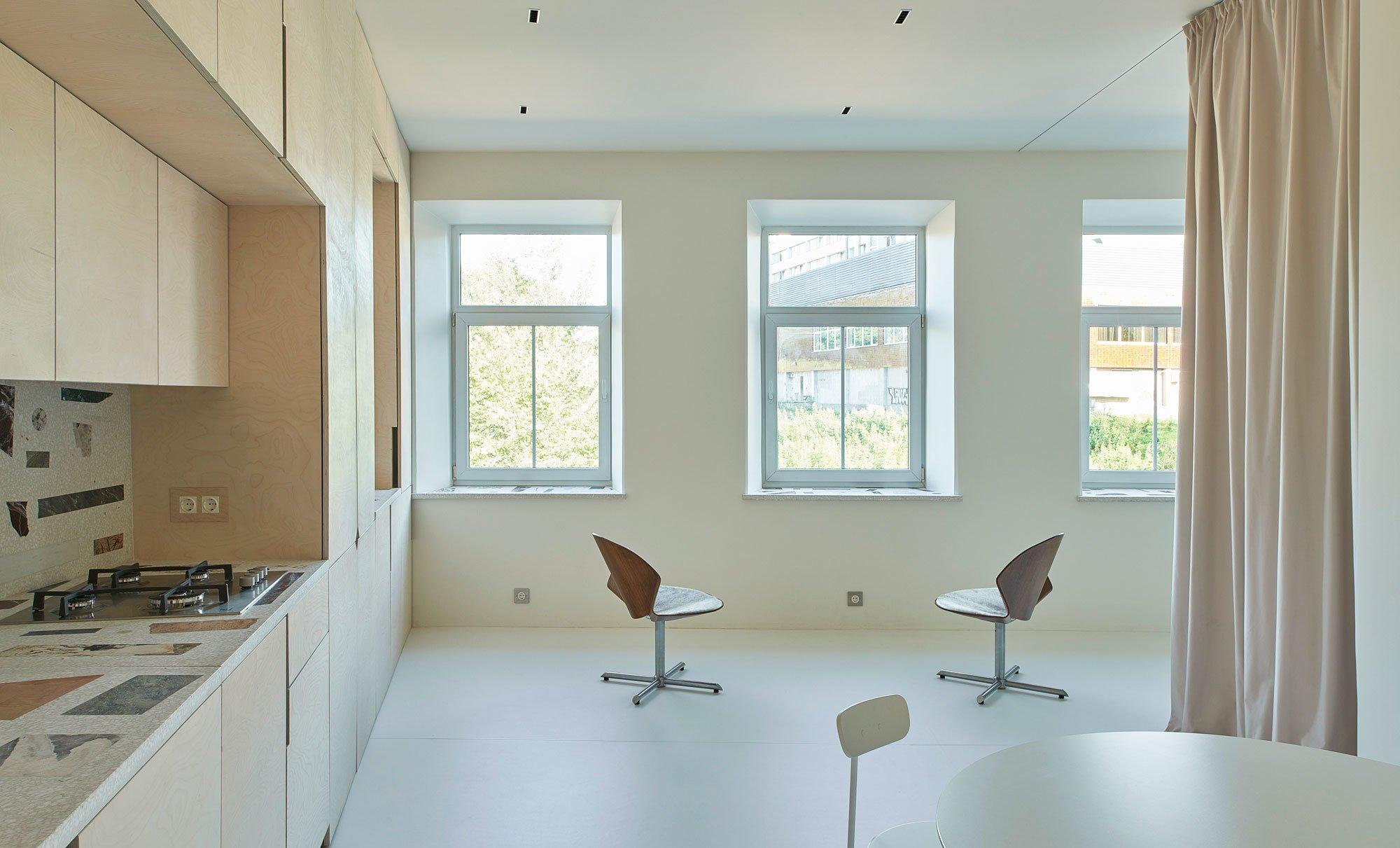 Gelungenes Spiel mit der Wahrnehmung: In Vilnius hat das junge Architekturbüro ŠA Atelier einer extrem kleinen Wohnung zu ungeahnter Weite verholfen.