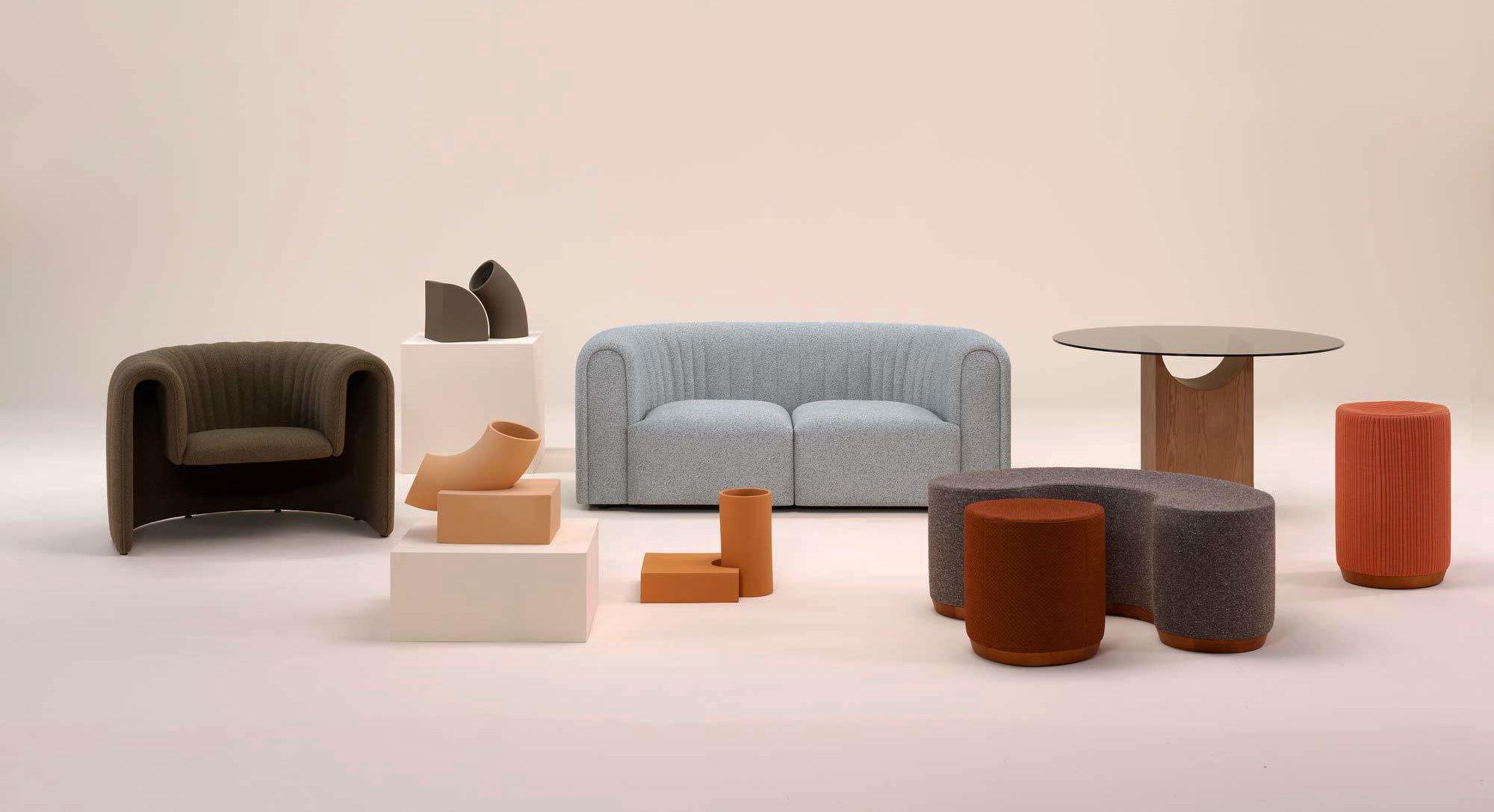 Die Kollektion Void Matters  besteht aus zwei Sitzmöbeln, einer Serie von Poufs und einem skulptural anmutenden Tisch.
