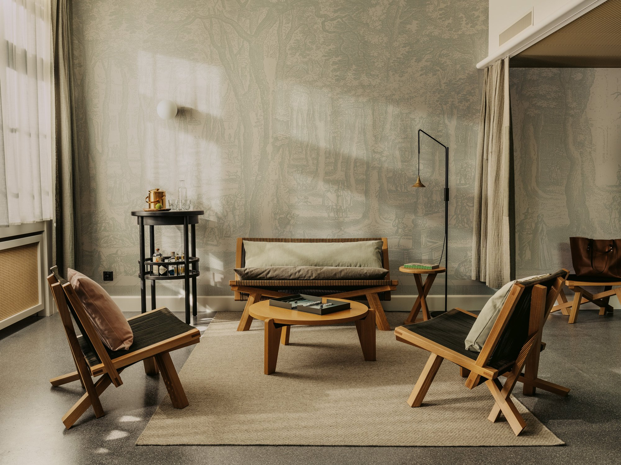 """Die Wände sind mit eigens angefertigten Tapeten bezogen, auf die naturalistische Radierungen aus dem 17. Jahrhundert übertragen wurden. """"Zusammen mit den Vorhängen entsteht so ein 'textiler' Schlafraum, der Geborgenheit vermittelt"""", erklären Herzog & de Meuron."""