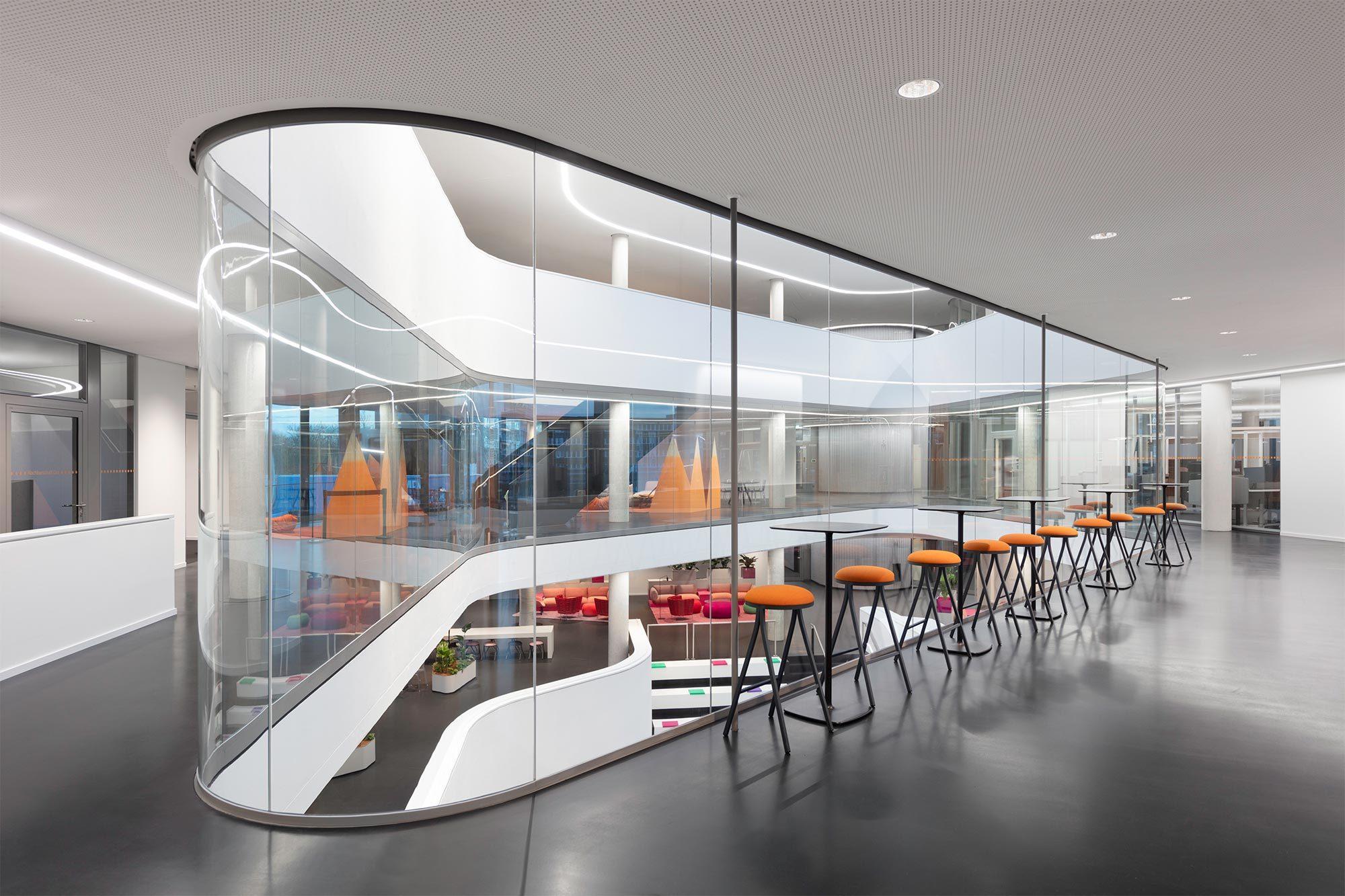 In der neuen Unternehmenszentrale von Covestro in Leverkusen wurde die klassische Zellenstruktur in eine aktivitätsbasierte Arbeitsumgebung überführt. Foto: Werner Huthmacher