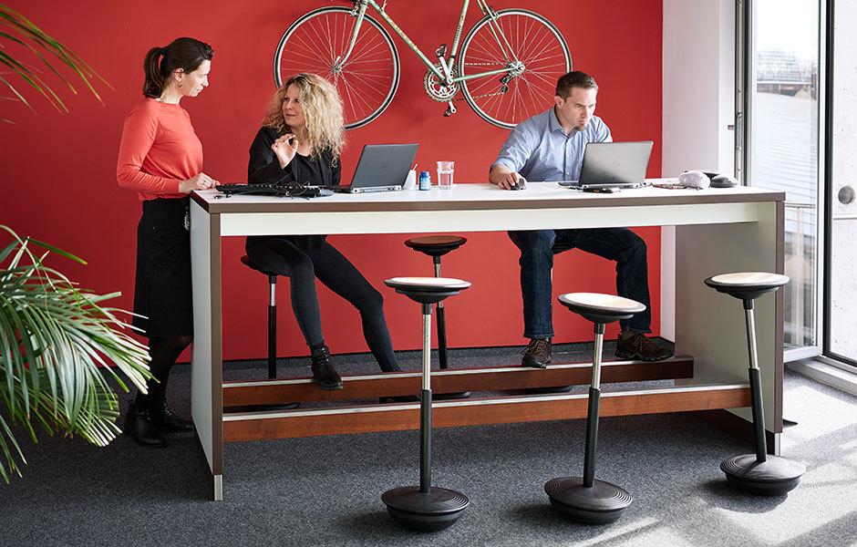 Der Stitz animiert zu einer bewegten Haltung zwischen Stehen und Sitzen.