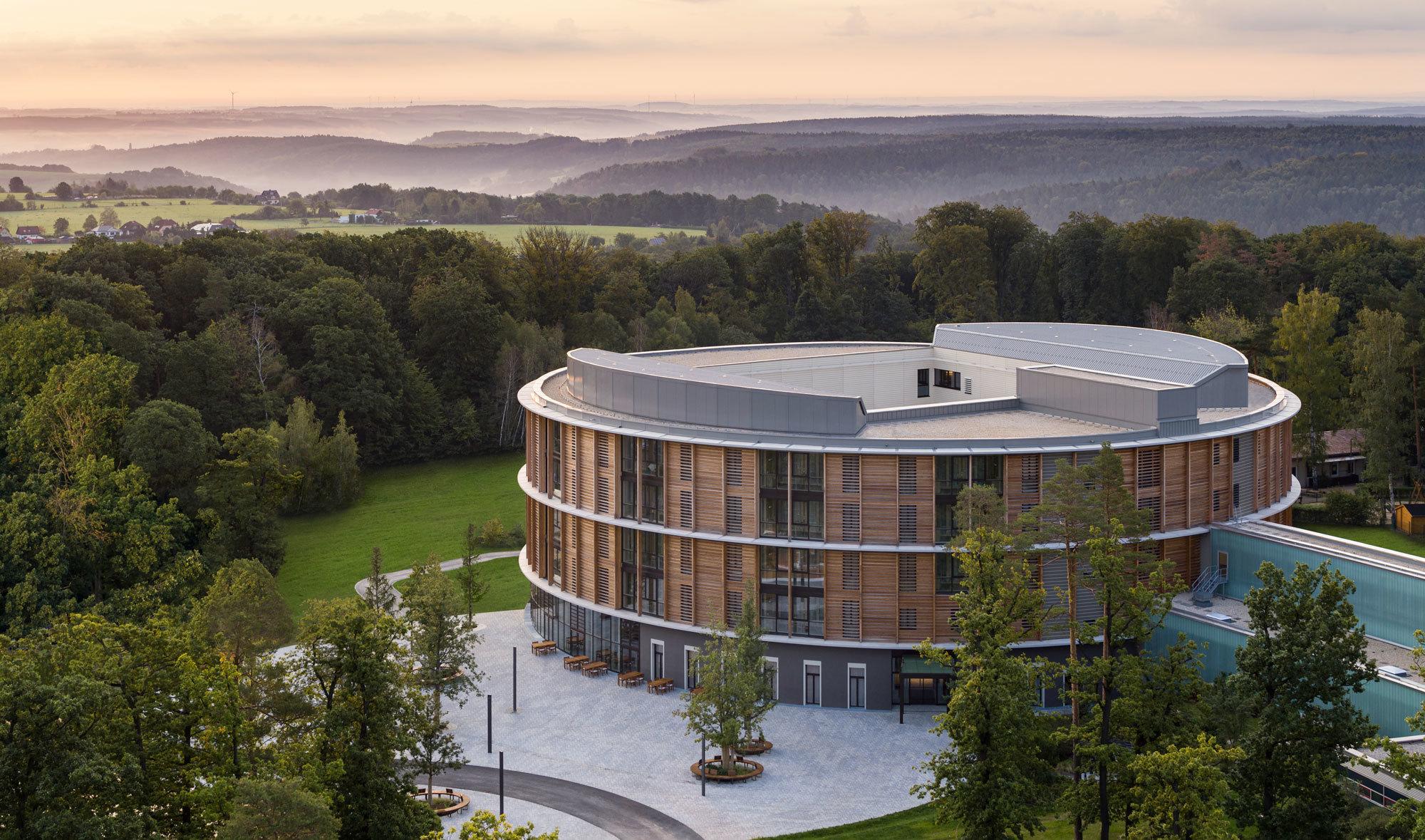 In Thüringen setzten HDR Architekten und Matteo Thun mit ihrem Neubau für die Waldkliniken Eisenberg nicht nur in architektonischer Hinsicht Zeichen. Foto: HG Esch