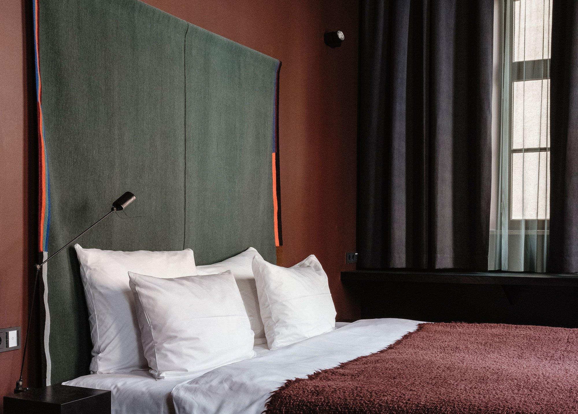 Schallschluckender Wandbehang: Für das Münchner Hotel Haus im Tal gestaltete das Berliner Label Reuber Henning zusammen mit der französischen Designerin Julie Richoz Kelims, die einen traditionellen Kontrapunkt zur minimalistischen Einrichtung setzen. Foto: Reuber Henning