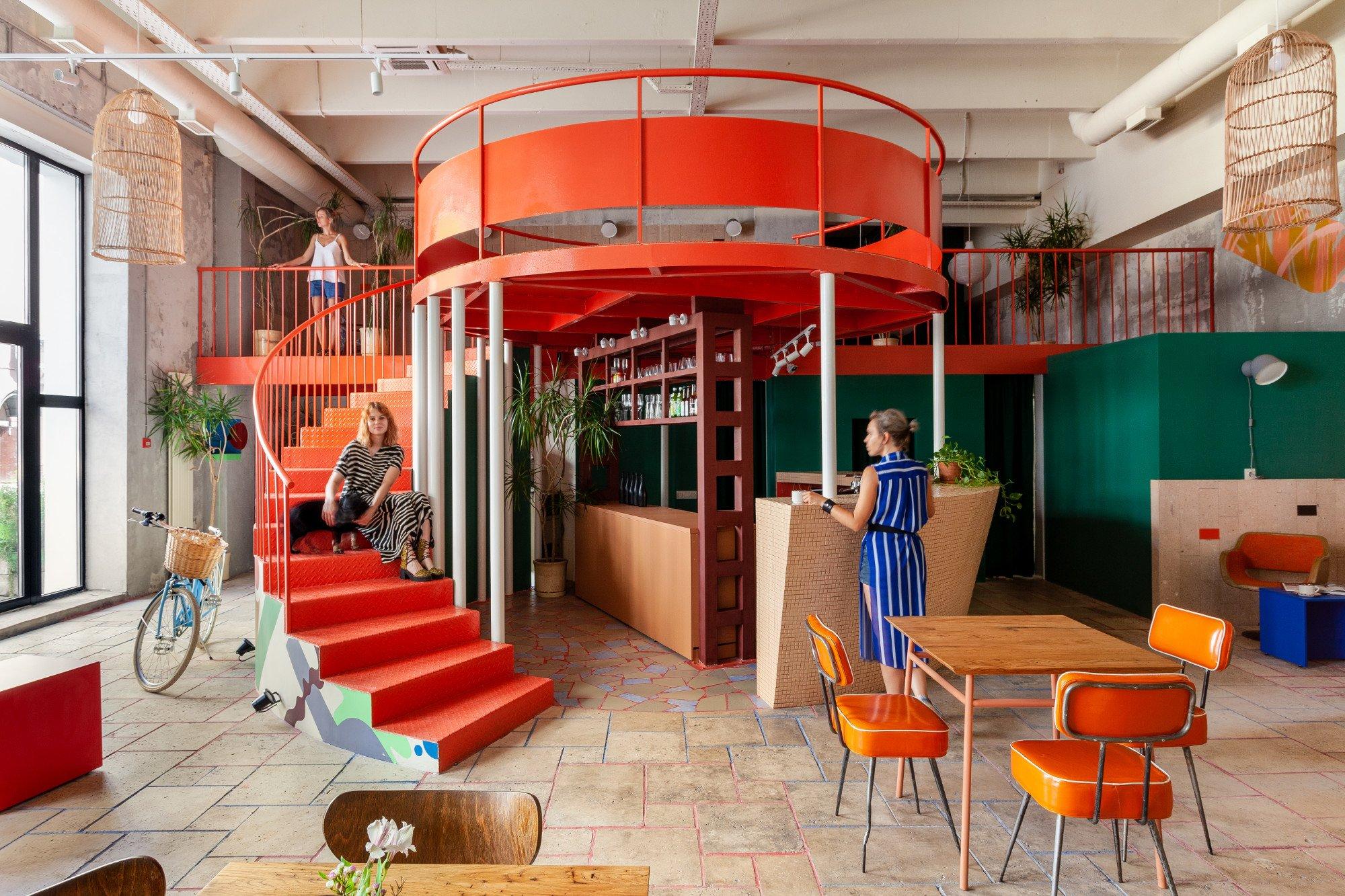 Studio DVEKATI gestalteten eine Moskauer Weinbar als südländisches Retreat samt modernistischer Formen, bunter Wandmalereien und einer Aussichtsplattform.