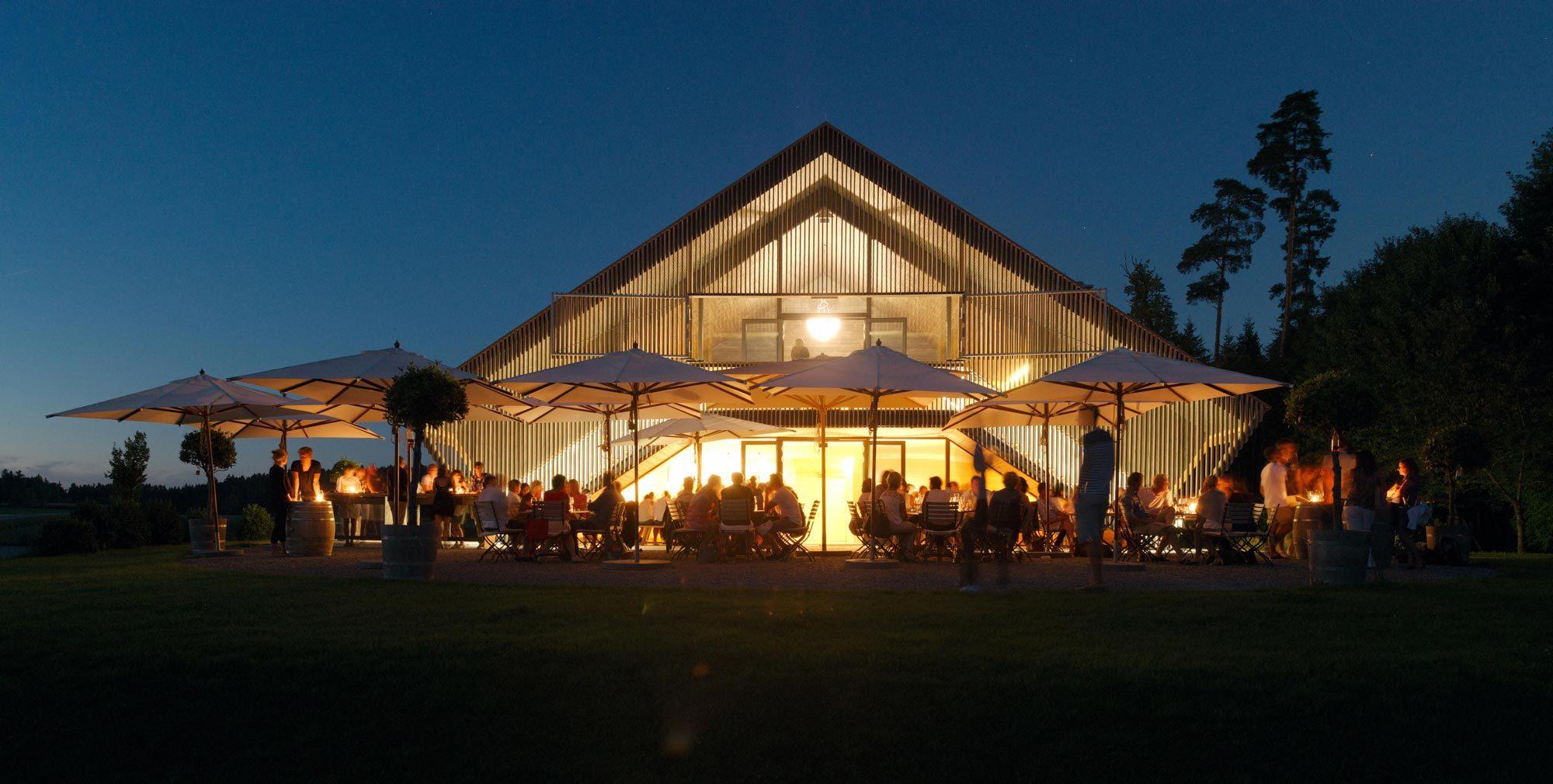 Der von Ludescher + Lutz Architekten geplante Neubau des Weinguts Schmidt am Bodensee entspricht in Material- und Formensprache der Typologie regionaler Holzbauten.