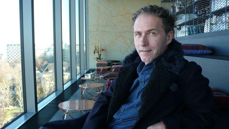 Werner Aisslinger in der Bar des Hotels. Foto: Jasmin Jouhar