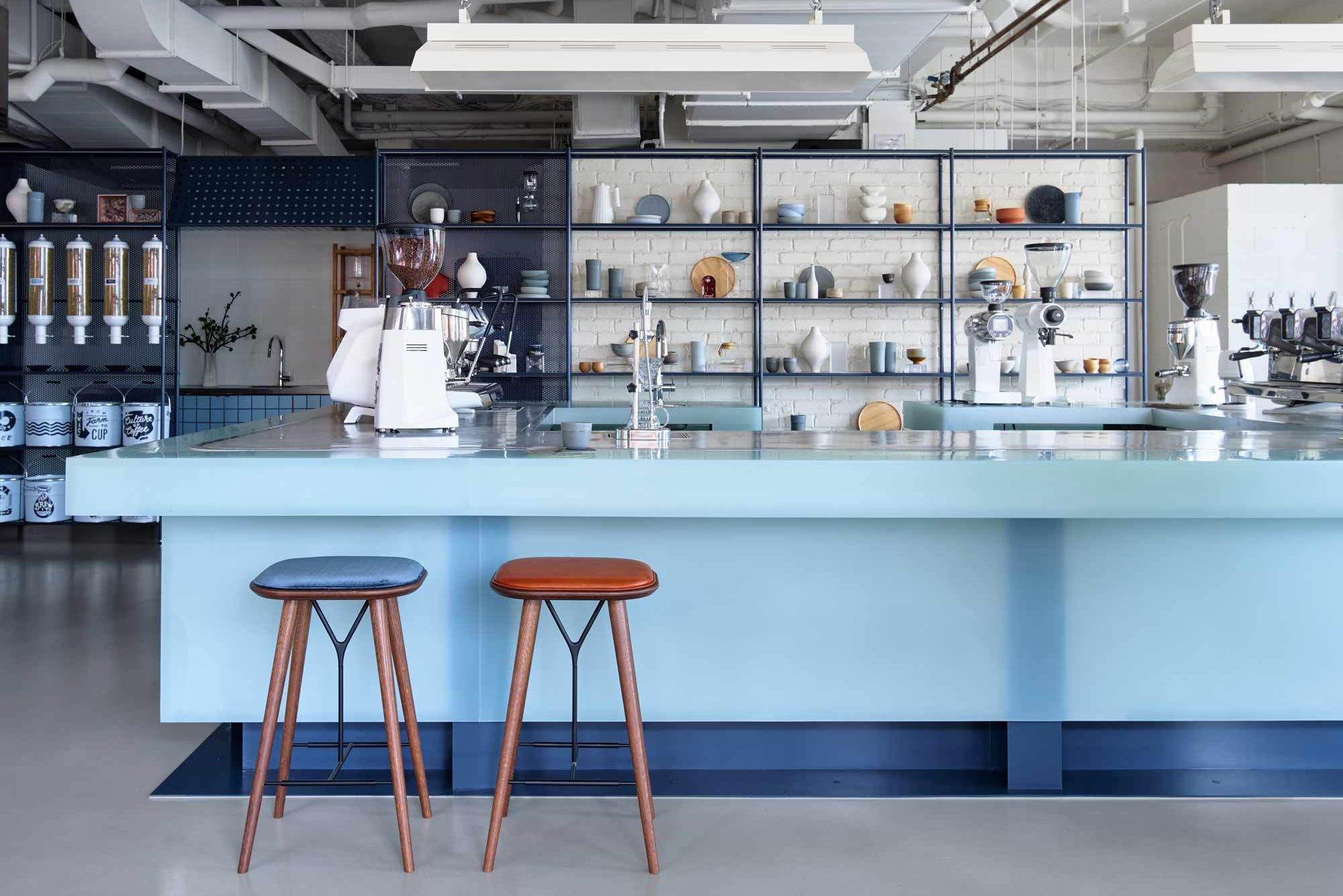 """Café, Firmensitz und Rösterei in einem: Das Will & Co in Sydney verwandelt ein Strandhaus in einen zeitgemäßen Arbeitsplatz zum """"Abtauchen""""."""