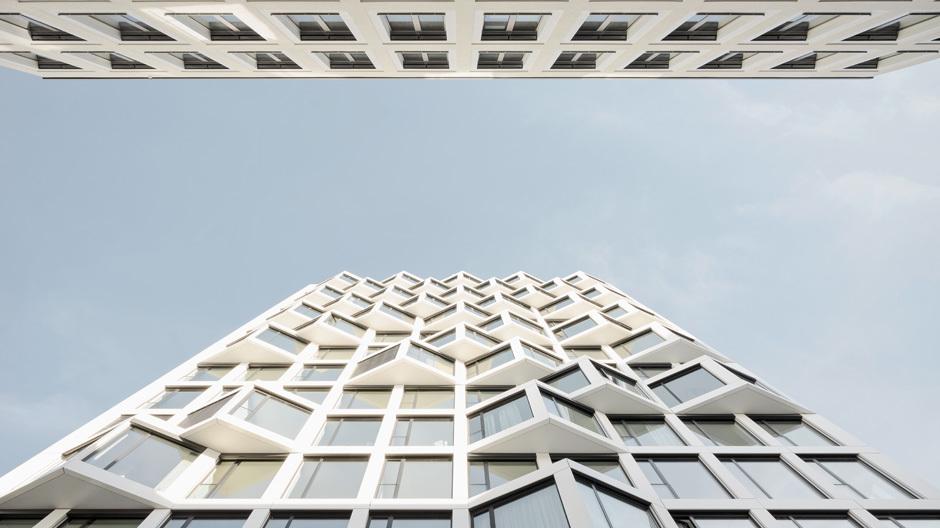 Die Dichte der Erker-Bänder dieser Wohnhochhäuser vom Architekturbüro Allmann, Sattler und Wappner nimmt von unten nach oben zu – das sorgt für ein lebendiges Fassadenbild. Foto: Brigida González